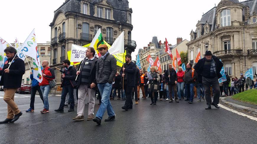 Les enseignants et professeurs ont manifesté ce lundi dans les rues de Reims.