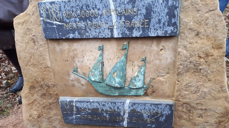 La stèle a été inaugurée en présence de jeunes migrants le 10 novembre dernier à Leyr.