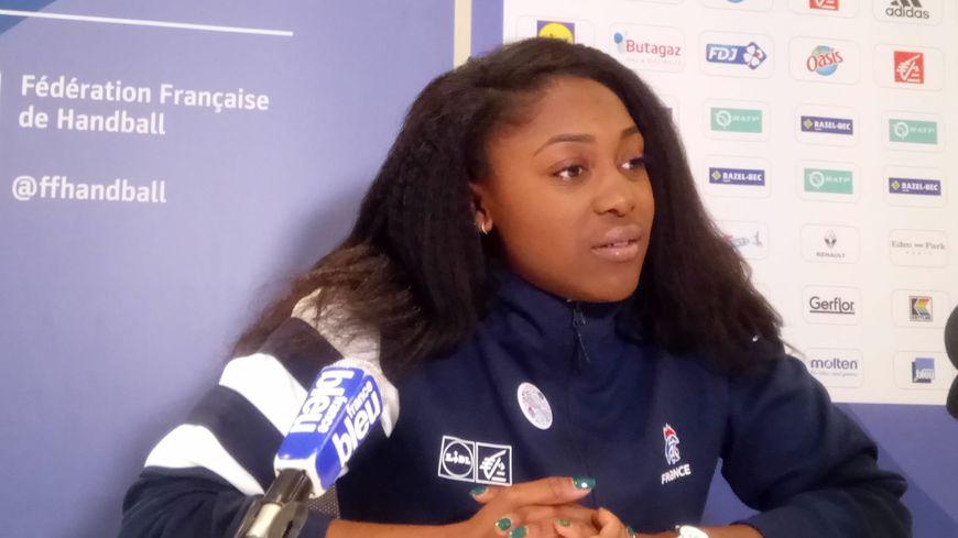 «Les filles se professionnalisent» estime Grace Zaadi, demi-centre de l'équipe de France de handball.