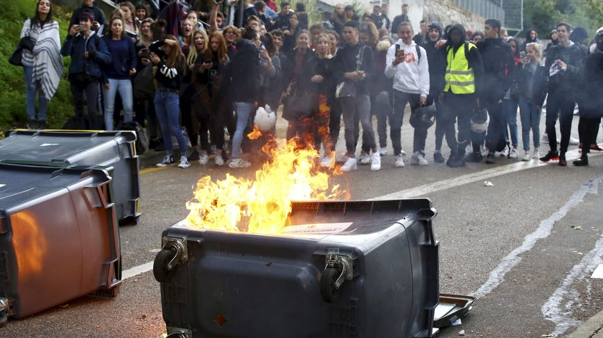 Manifestation de lycéens devant le lycée Curie de Menton (Alpes-Maritimes).