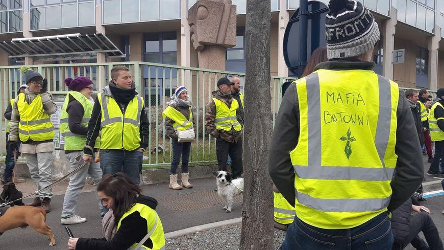 Des gilets jaunes réunis devant le centre des impôts de Saint-Brieuc
