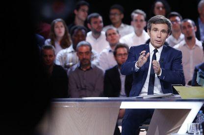 """David Pujadas, journaliste français, reporter et présentateur de JT. Depuis le 28 août 2017, il présente sur LCI l'émission """"24h Pujadas, l'info en questions"""" !"""