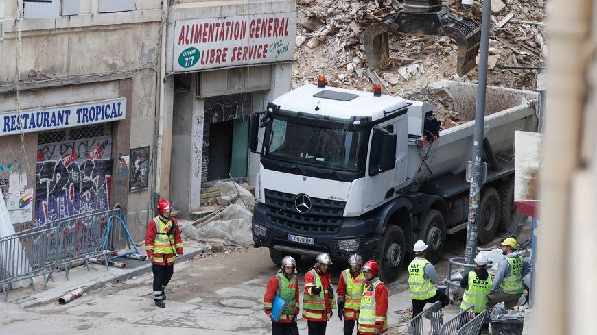 Soixante-cinq sauveteurs continuent de déblayer le tas de gravats de la rue d'Aubagne.