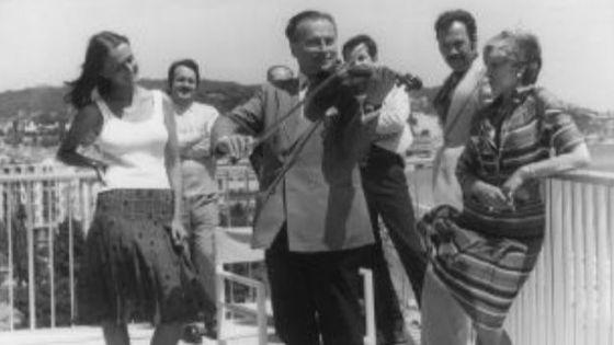 Henryk Szeryng jouant pour des amis à l'Hotel Meridien à Nice le 3 juillet 1975.