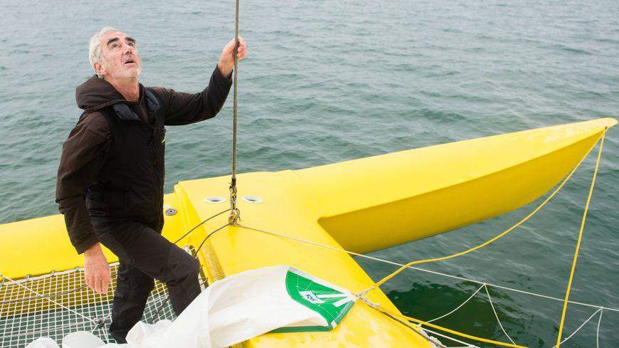 Le skipper Loïck Peyron à bord de son bateau trimaran Happy au large de La Trinité-sur-Mer (Morbihan) le 15 octobre 2018