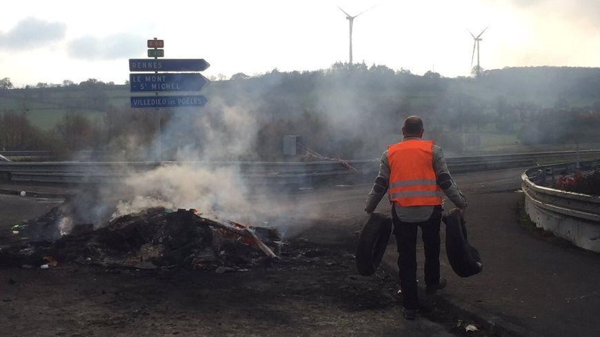 Durant les blocages, des feux ont été allumés sur les voies, comme à l'échangeur de Guilberville près de Saint-Lô