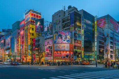Quartier d'Akihabara à Tokyo (Japon), connu pour ses nombreuses boutiques d'électronique et de mangas.