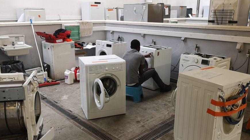 Dans l'atelier de Longvic, 15 personnes travaillent à redonner une seconde vie aux appareils électroménagers