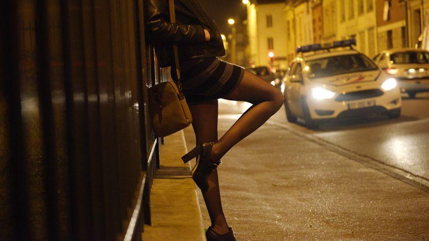 """La loi, entrée en vigueur en avril 2016, sanctionne """"l'achat d'actes sexuels"""" par une contravention de 1.500 euros."""