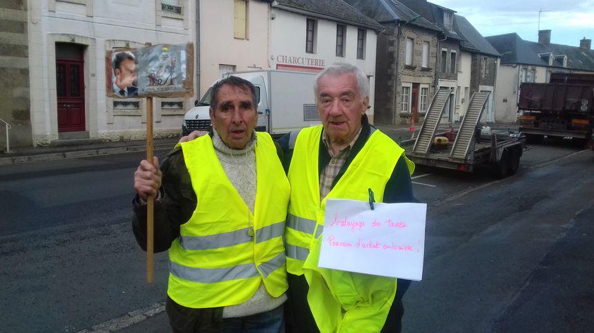 Daniel avec un vieil habitant de Neully-le-Vendin venu lui apporter son soutien