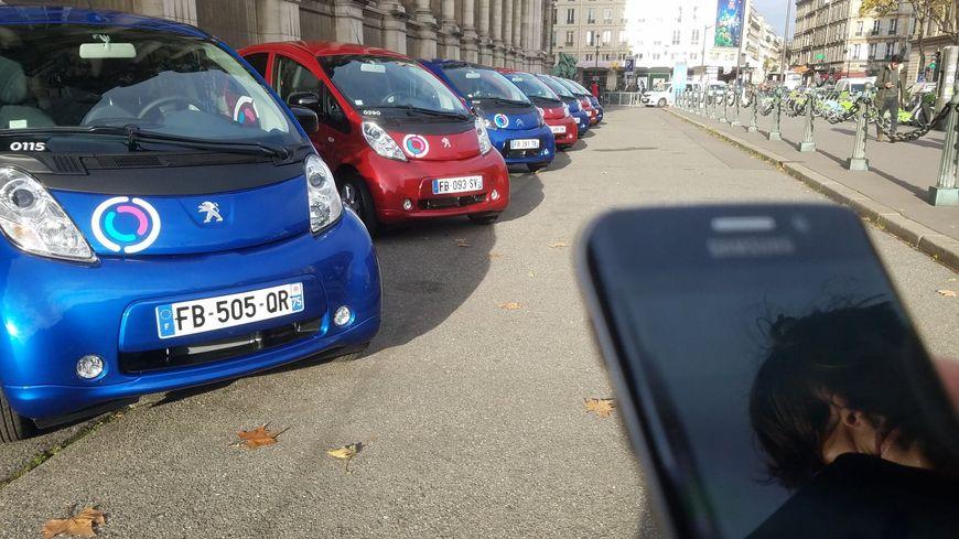 550 citadines cinq portes, rouges ou bleus, qu'on peut réserver via une application.