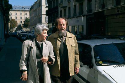 Alexandre Soljenitsyne et son épouse à Paris en 1993