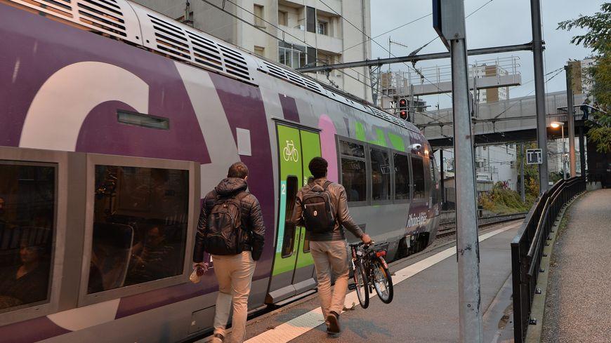 Les usagers de la SNCF vont devoir composer avec moins de trains suite à un incident provoqué par un poids lourd. (photo d'illustration)