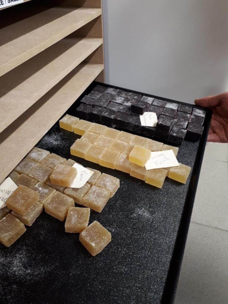 Des nougats tout juste fabriqués dans le laboratoire