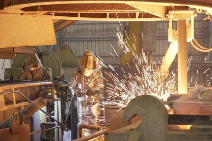 Près de 300 personnes travaillent ici. Beaucoup d'ouvriers sont attachés à l'aciérie comme à un membre de leur famille.