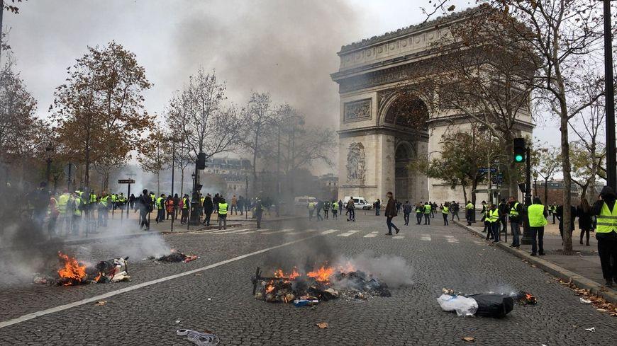 La manifestation des gilets jaunes sur les Champs-Elysées, samedi à Paris