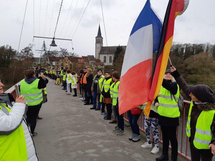 Les deux drapeaux flottaient pendant le cortège franco-allemand.