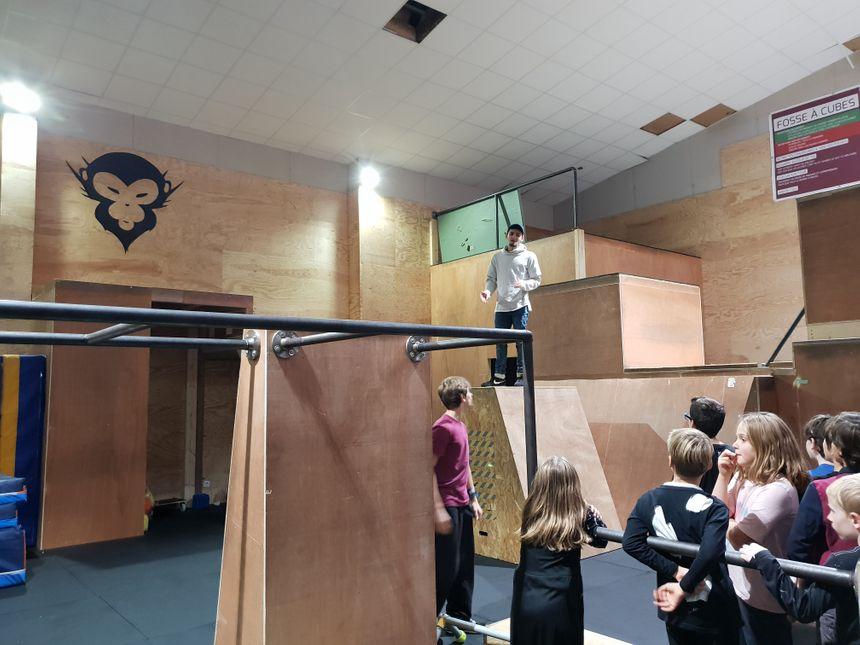 Les coachs diplômés encadrent l'activité chez Simiiform à Bruges