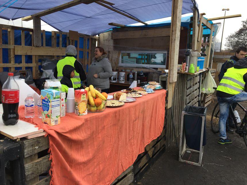 Beaucoup de Gilets jaunes apportent fruits, gâteaux et crêpes pour toute la communauté