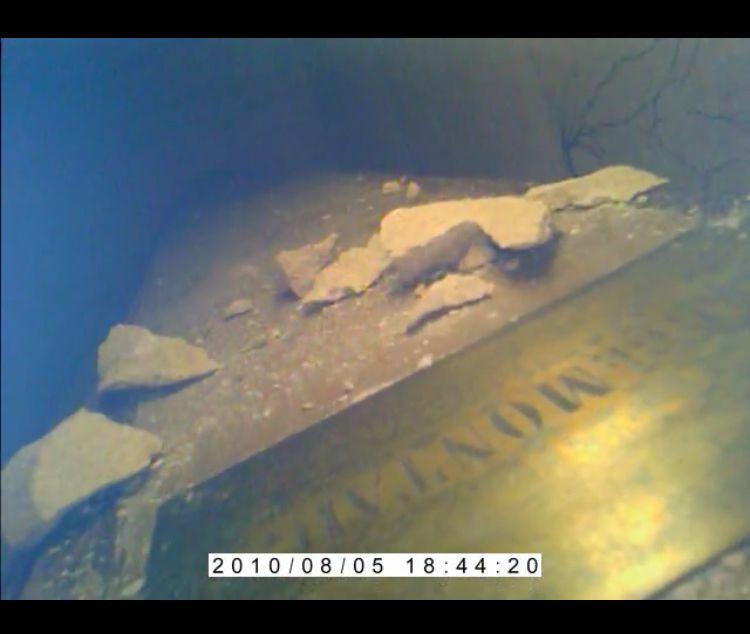 Le cercueil en bois, et la plaque en cuivre dorée portant le nom de Montaigne