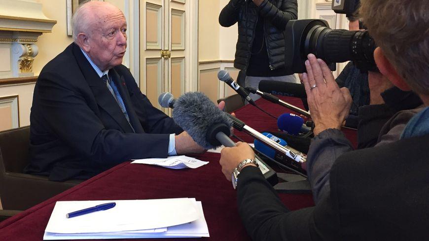 Jean-Claude Gaudin devant la presse, à Marseille, dimanche 11 novembre.