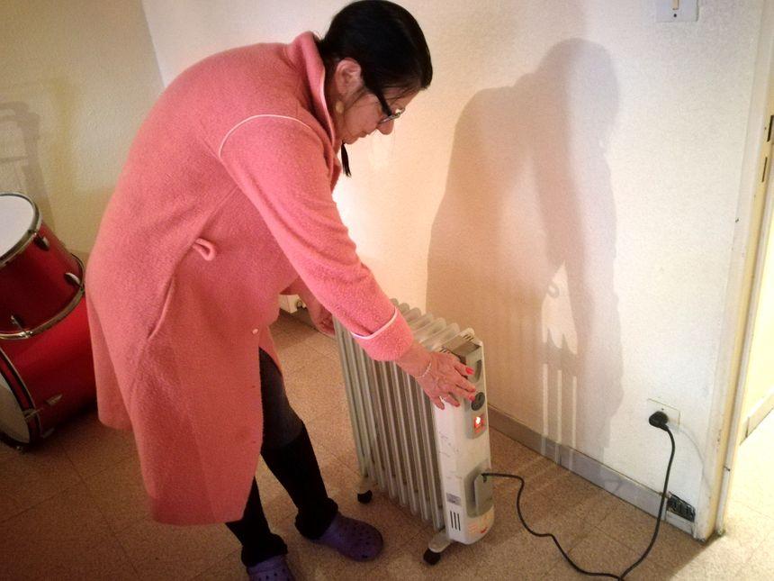 En attendant, Marie-Lise se chauffe avec un petit radiateur électrique prêté par un voisin depuis l'an dernier. Mais elle a peur de faire exploser sa facture d'électricité.
