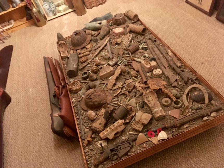 Des vestiges de fusils, des obus, des casques abîmés, des fourchettes... Voilà ce que l'on peut trouver sur le champ de bataille dans la Somme.