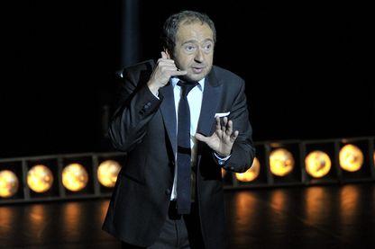 L'humoriste et acteur Patrick Timsit, en plein spectacle à Clermont-Ferrand, le 14 mars 2015.