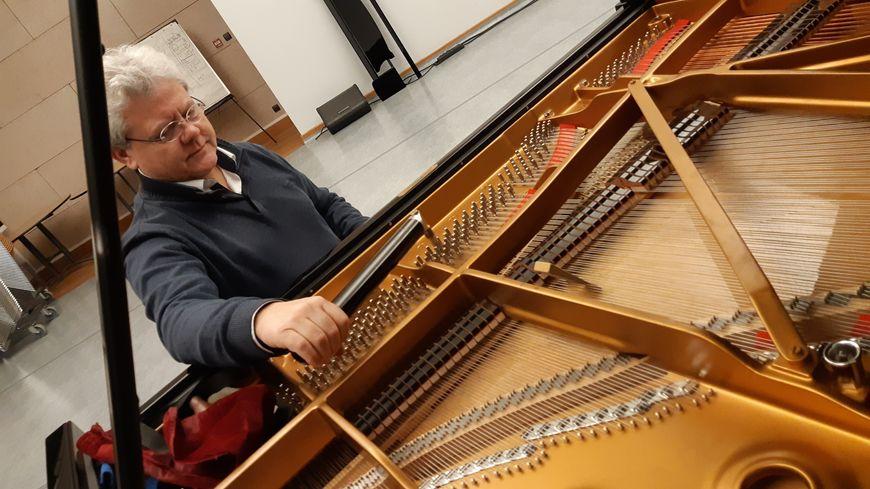 Alain Chauvel est technicien piano en Mayenne.