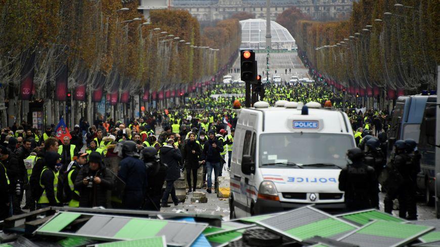 La manifestation parisienne des gilets jaunes donne lieu à des heurts avec les forces de l'ordre sur les Champs-Elysées