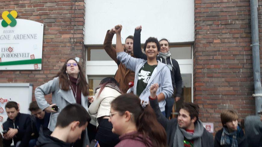 Environ 200 lycéens mobilisés devant le lycée Roosevelt à Reims ce jeudi matin.