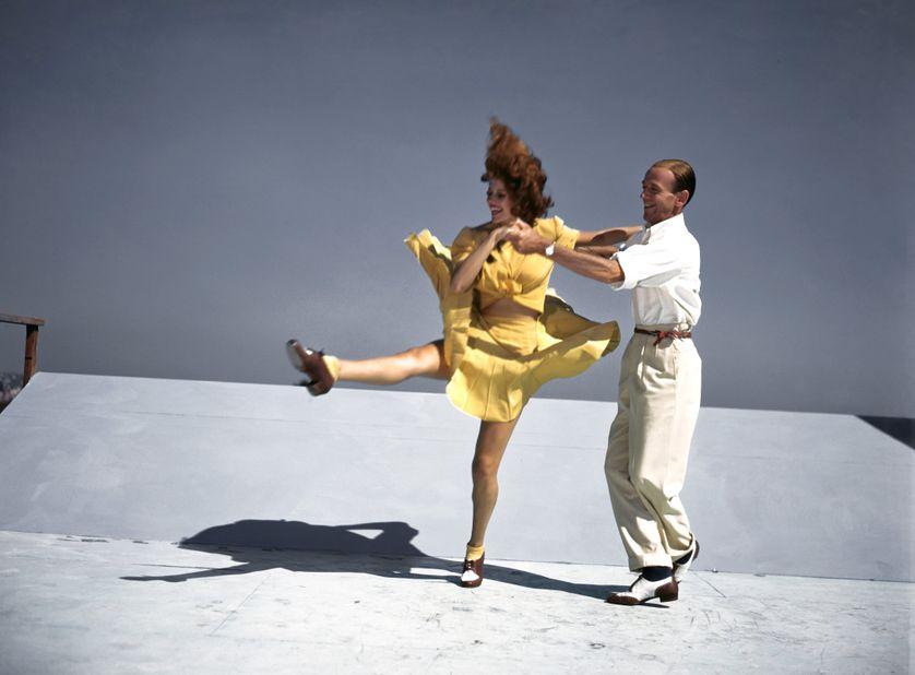 Rita Hayworth et Fred Astaire répètent une scène du film musical You Were Never Lovelier (Ô toi ma charmante) réalisé par William A. Seiter en 1942 sur le toit de la Columbia à Los Angeles en Californie