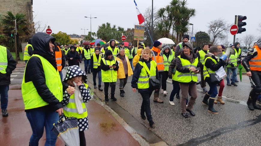 Près d'un millier de gilets jaunes ont défilé dans le centre-ville de Cherbourg