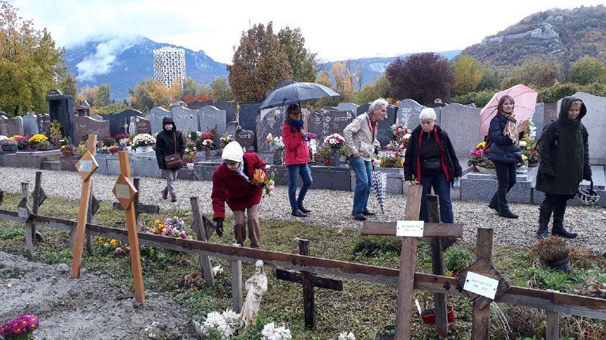 Les bénévoles de l'association fleurissent les tombes de ceux que tout le monde a oubliés