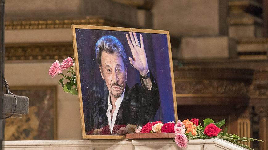 Des centaines de fans sont venus fêter les 75 ans de Johnny Hallyday à l'église de la Madeleine à Paris, le 15 juin 2018