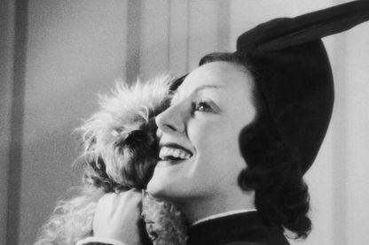 """L'actrice Gaby Morlay dans la pièce """"Quadrille"""" de Sacha Guitry en décembre 1937."""