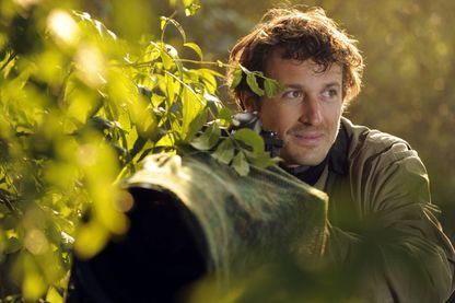 Le photographe animalier Vincent Munier en plein travail dans un sous bois dans les Vosges (03 septembre 2010)