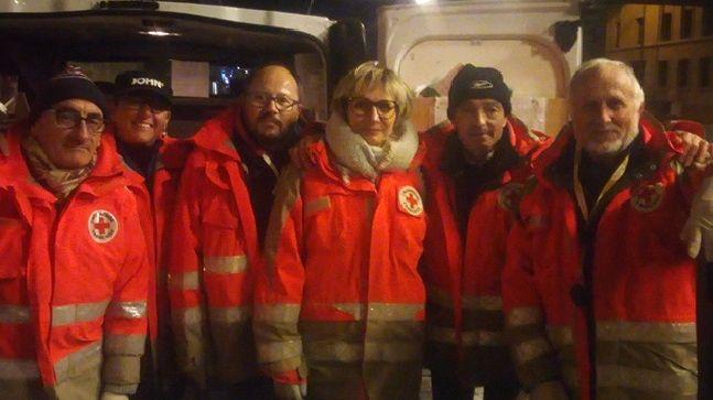 Les bénévoles de la Croix Rouge distribuent des couvertures et des repas chaud chaque soir à Caen
