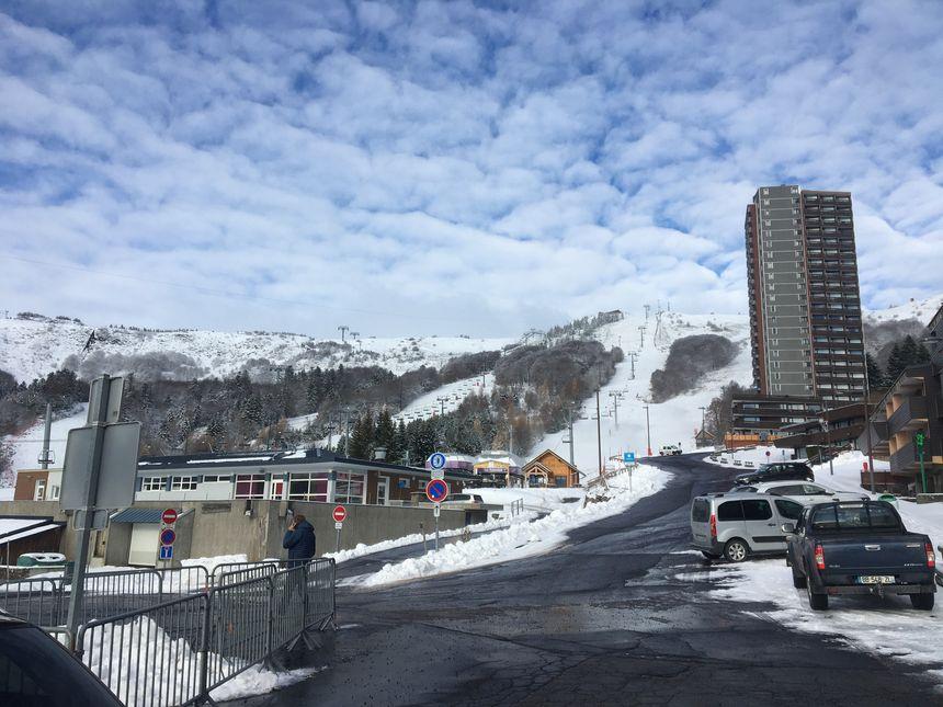 La neige cumule peu à peu la station de Super-Besse