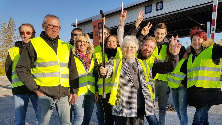 les r actions des gilets jaunes en direct des blocages dans l 39 ouest de l 39 occitanie. Black Bedroom Furniture Sets. Home Design Ideas