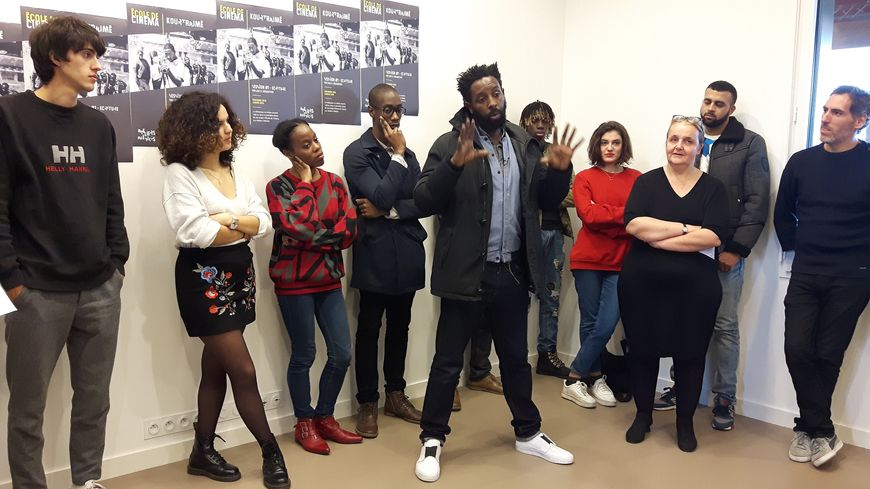 Ladj Ly (au centre) présente son école de cinéma Kourtrajmé, à Clichy-sous-Bois, le 16 novembre