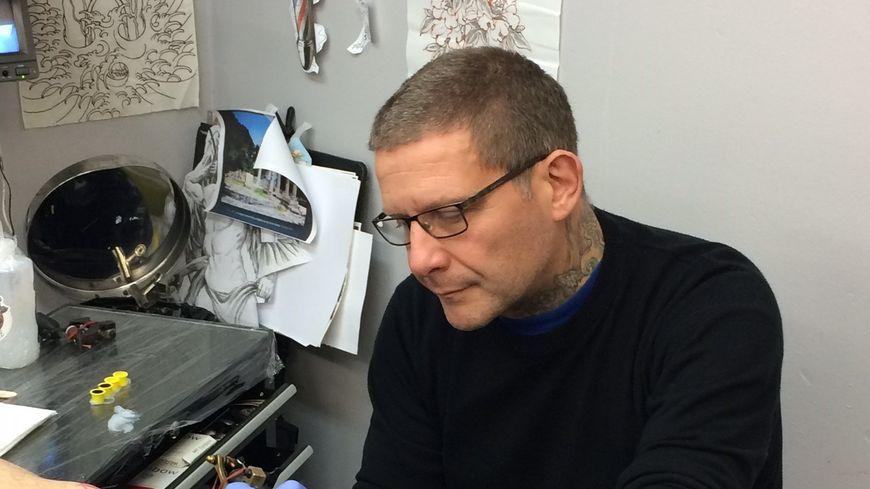 """Phil, tatoueur et propriétaire du """"Shark's Tattoo"""" à Saint Etienne"""
