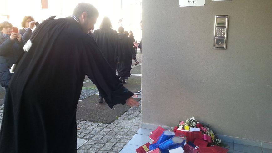 Les avocats dacquois ont déposé une gerbe funéraire devant la permanence du député En Marche Lionel Causse et un courrier pour lui demander de voter contre la réforme de la Justice du gouvernement