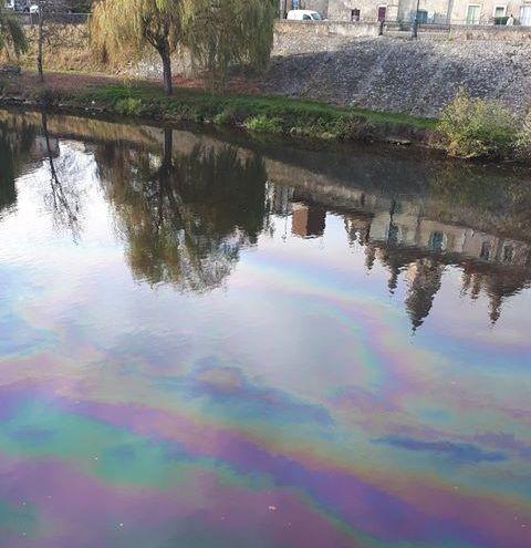 Les traces d'hydrocarbures sur la rivière