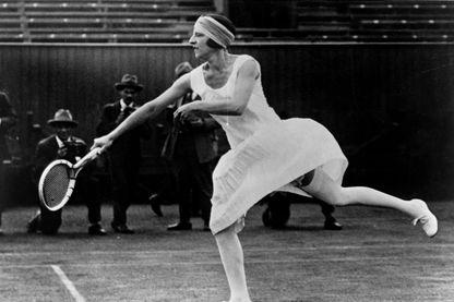 Suzanne Lenglen, joueuse de tennis française (1899-1938), première star internationale du tennis féminin, vainqueure de la médaille d'or aux Jeux Olympiques de 1920 (Anvers, Belgique)
