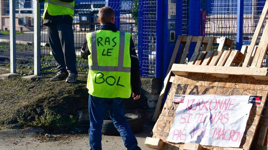 Un gilet jaune au dépôt pétrolier de Fondeyre, à Toulouse.