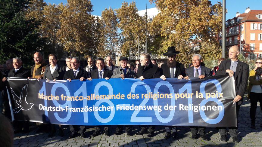 Plusieurs centaines de personnes ont commémoré dimanche le centenaire de l'Armistice lors d'une marche franco-allemande des religions pour la paix ce dimanche 11 novembre 2018 à Strasbourg et Kehl.