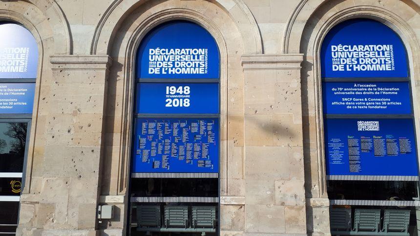 La façade de la gare criblée d'impacts de balles datant de la première guerre mondiale.