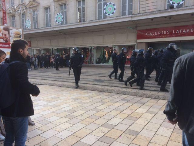 Les forces de l'ordre sont descendus dans la rue pour disperser la manifestation des lycéens