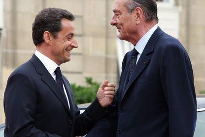 Le Président Jacques Chirac sert la main de son successeur Nicolas Sarkozy sur les marches de l' Elysée lors de la passation de pouvoir , le 16 mai 2007.